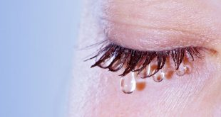 Oeil qui pleure gros plan zoom